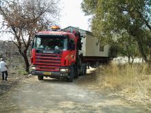 משאית עם מנוף מביאה קראוון חדש לשכונה